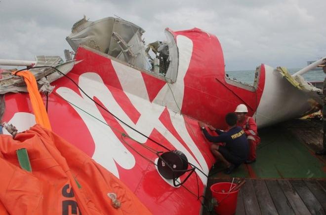 Một mảnh vỡ của chiếc máy bay QZ8501 đã được vớt.  Ảnh: Reuters