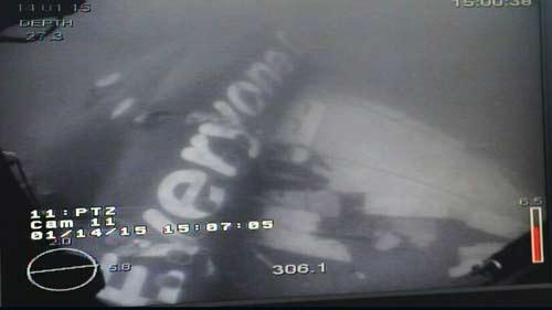 Vot than may bay AirAsia lien tuc that bai do day cap dut hinh anh 1 Thân máy bay dưới biển Java. Ảnh: Channel News Asia