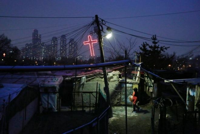 Cuoc song tam bo tai khu o chuot lon nhat Seoul hinh anh 7 Một trong những điểm nổi bật của Guryong là số lượng cây thánh giá bằng gỗ cóthể nhìn thấy trên những mái nhà lụp xụp, đánh dấu hàng chục nhà thờ xiêu vẹophục vụ cho cộng đồng dân cư tại đây.