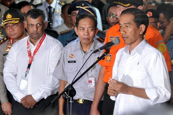 Toan canh mot thang tham kich QZ8501 chan dong the gioi hinh anh 6 Tổng thống Indonesia, ông Joko Widodo (phải), tại buổi họp báo và gặp gỡ các gia đình nạn nhân ở trung tâm khủng hoảng tại thành phố Surabaya ngày 30/12. Tổng giám đốc AirAsia, ông Tony Fernandes (trái), thường xuyên có mặt tại Indonesia trong những ngày đầu chiến dịch tìm kiếm. So sánh giữa hai tai nạn QZ8501 và MH370, hãng AirAsia được đánh giá tốt hơn Malaysia Airlines do luôn minh bạch thông tin và cách tiếp cận với gia đình các nạn nhân chu đáo. Ảnh: AFP