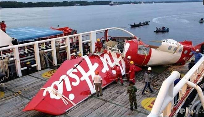 Toan canh mot thang tham kich QZ8501 chan dong the gioi hinh anh 16 Phần đuôi máy bay vừa được đội tìm kiếm Indonesia trục vớt từ đáy biển được chở từ vùng biển Java vào đất liền để phân tích phục vụ điều tra nguyên nhân tai nạn.