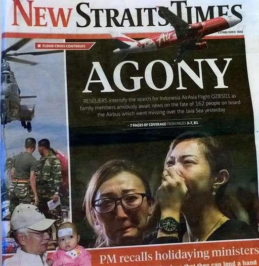 Toan canh mot thang tham kich QZ8501 chan dong the gioi hinh anh 2 Tờ New Straits Times của Malaysia đưa tin về tai nạn của chuyến bay QZ8501, cùng hình ảnh người thân của những hành khách trên chuyến bay QZ8501 khóc ngất khi nghe tin dữ. Ảnh: AFP