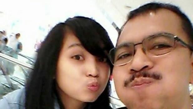 Toan canh mot thang tham kich QZ8501 chan dong the gioi hinh anh 5 Trước những chỉ trích cho rằng cơ trưởng phải chịu trách nhiệm trong tai nạn QZ8501, con gái của ông, cô Angela Anggi Ranastianis, viết trên mạng xã hội rằng: