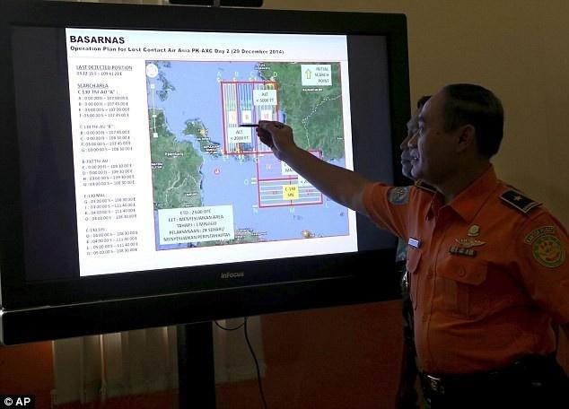Toan canh mot thang tham kich QZ8501 chan dong the gioi hinh anh 7 Chuyên gia Cơ quan tìm kiếm cứu nạn Indonesia khoanh vùng tìm kiếm QZ8501 trên bản đồ. Dựa trên những thông tin ban đầu, giới chức Indonesia xác định QZ8501 vẫn còn trong không phận Indonsia và có thể gặp nạn ở vùng biển Java, nơi có mực nước không sâu (khoảng 25 - 30 mét). Ảnh: AP