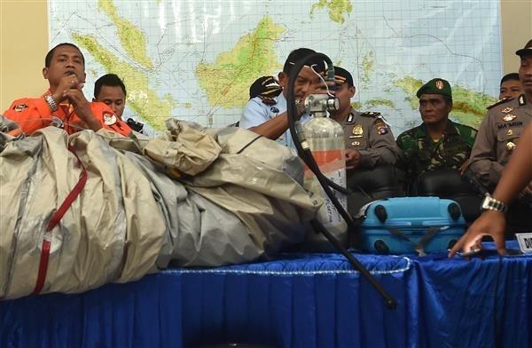 Toan canh mot thang tham kich QZ8501 chan dong the gioi hinh anh 12 Nhân viên cứu hộ làm việc trên biển Java, Indonesia vớt được nhiều di vật của hành khách trên chiếc Airbus A320 xấu số của AirAsia. Những vật trong hình này được trực thăng Seahawk của Hải quân Mỹ vớt khi tham gia nỗ lực tìm kiếm QZ8501. Ảnh: AFP