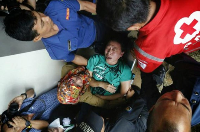 Toan canh mot thang tham kich QZ8501 chan dong the gioi hinh anh 11 Một người đã ngất sau khi thấy hình ảnh giống như thi thể người trên truyền hình do kênh TVOne phát sóng trực tiếp. Xe cứu thương đã tới nơi mà cuộc họp báo diễn ra. Ảnh: Twitter