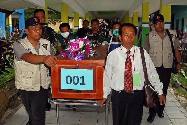 Toan canh mot thang tham kich QZ8501 chan dong the gioi hinh anh 13 Ngày 31/12, những thi thể nạn nhân đầu tiên được chuyển tàu tìm kiếm về trung tâm nhận diện ở thị trấn Pangkalan Bun. Ảnh: Daily Mail