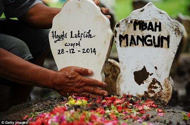 Toan canh mot thang tham kich QZ8501 chan dong the gioi hinh anh 14 Thi thể nạn nhân đầu tiên trong chuyến bay QZ8501 được bàn giao cho người nhà vào ngày 1/1 là thi thể của cô Hayati Luftiah Hamid. Gia đình họ đã tổ chức đám tang cho cô Hayati cùng ngày. Các chuyên gia nhận diện được Hayati dựa trên dấu vân tay và những vật dụng cá nhân của cô. Ảnh: AP