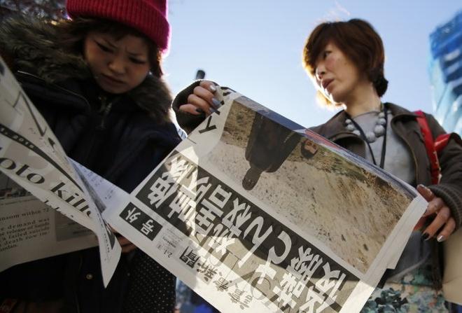 IS chat dau nha bao Goto: Nguoi Nhat dau don, gian du hinh anh 1 Người Nhật đọc báo về vụ IS sát hại nhà báo Kenji Goto. Ảnh: Reuters