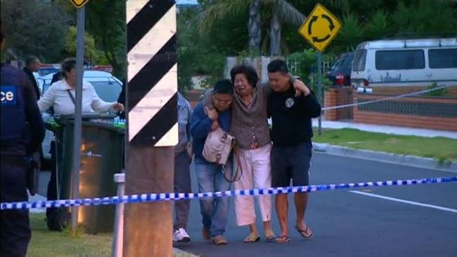 Mot nguoi goc Viet bi ban chet truoc mat vo o Australia hinh anh 1 Người thân của nạn nhân gốc Việt khóc nức nở tại hiện trường. Ảnh: news.com.au