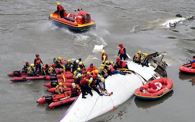May bay Dai Loan roi co the do loi ky thuat hinh anh 1 Lực lượng cứu hộ vây quanh phần thân phi cơ xấu số. Ảnh: AFP
