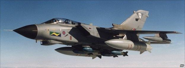 Máy bay chiến đấu Tornado G-4: Chính phủ Anh ban đầu dự định triển khai 6 chiếc Tornado tham gia chiến dịch tiêu diệt IS. Ngày 3/10, Thủ tướng David Cameron tuyên bố tăng thêm 2 máy bay. Tornado là một trong những máy bay chủ lực của không quân Hoàng gia Anh kể từ thập niên 1980. Ngoài khả năng ném bom, Tornado còn có thể đảm nhận hoạt động tuần tra và theo dõi các mục tiêu IS ở Iraq.