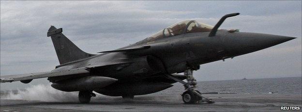 Máy bay Dassault Rafale của Pháp: Pháp là quốc gia thứ hai tham gia chiến dịch tiêu diệt IS do Mỹ khởi xướng. Dassault Rafale là loại máy bay chiến đấu đa năng, có thể thực hiện nhiệm vụ phòng thủ trên không, tấn công các mục tiêu mặt đất, và do thám. Máy bay trang bị công nghệ phát hiện và theo dõi đến 8 mục tiêu, tái tạo bản đồ 3D để định hướng. Sứ mệnh không kích đầu tiên của máy bay Pháp diễn ra ngày 19/9, tiêu diệt một cơ sở chứa vũ khí, nhiên liệu và xe của IS ở miền đông bắc Iraq.