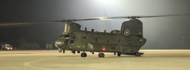 Trực thăng Chinook: Bên cạnh những máy bay chiến đấu trực tiếp, Anh cũng điều động 4 trực thăng Chinook trong tình trạng sẵn sàng để vận chuyển người tị nạn rời khỏi vùng bạo lực nếu cần thiết. Mỗi chiếc Chinook có thể chở khoảng 75 người. Tuy nhiên, đến nay, lực lượng đặc nhiệm Mỹ cho biết người tị nạn ở vùng núi Sinjar (bắc Iraq) tương đối ít so với những thông tin ban đầu.