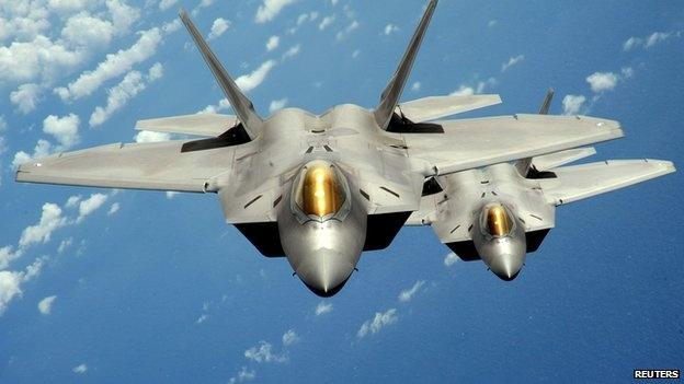 Chiến đấu cơ F-22 Raptor của Mỹ: Máy bay chiến đấu tàng hình này của Mỹ tham gia chiến dịch không kích tiêu diệt IS đầu tiên trên trận địa ở Syria. F-22 trang bị tên lửa không đối đất và bom dẫn đường, khả năng tấn công mục tiêu chính xác cao.