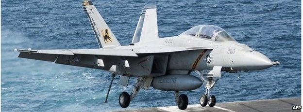 Máy bay F-18 Hornet: F-18 là máy bay chiến đấu đa năng của Mỹ, có thể vừa thực hiện nhiệm vụ giám sát, vừa không kích tiêu diệt các mục tiêu kẻ thù. Nhà sản xuất trang bị cho những chiếc F-18 một hệ thống radar tinh vi để có thể theo dõi mục tiêu từ khoảng cách rất xa trong mọi điều kiện thời tiết. Ngoài Mỹ, không quân Australia cũng phái những máy bay F-18 Super Hornet đến Trung Đông để tham gia chiến dịch tiêu diệt IS, cùng với các máy bay cảnh báo sớm và máy bay tiếp nhiên liệu.