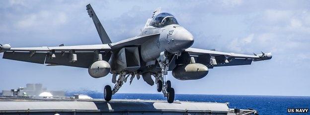 Máy bay EA-18G Growler: Growler là máy bay phiên bản công nghệ cao của F-18 Super Hornet. Nó có thể phá hoại hệ thống phòng không của kẻ thù bằng công nghệ gây nhiễu loạn, đồng thời là một trong những máy bay hộ tống các chiến đấu cơ khác. Growler có thể xuất kích từ mặt đất hoặc từ tàu sân bay.