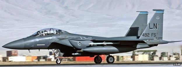 Máy bay F-15E Strike Eagle: F-15E Strike Eagle có thể thực hiện cả các chiến dịch không tấn công trên không và tấn công các mục tiêu dưới mặt đất. Mỹ triển khai máy bay này tiêu diệt IS vì khả năng bay ở độ cao vừa phải, bất kể ngày đêm và trong mọi điều kiện thời tiết.