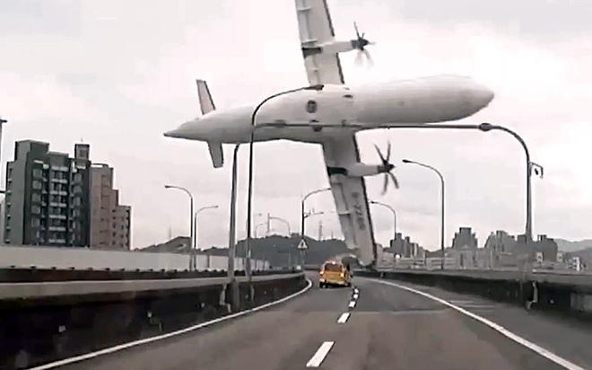 Khoanh khac may bay Dai Loan lao xuong song vao top anh tuan hinh anh 1 Khoảnh khắc máy bay ATR-72 mã hiệu GE235 của hãng TransAsia Airways chao đảo trên không trung trước khi đâm vào một thành cầu và lao xuống sông Keelung ở Đài Bắc, Đài Loan hôm 4/2. Tai nạn khiến ít nhất 35 nạn nhân trong tổng số 58 người trên máy bay thiệt mạng.