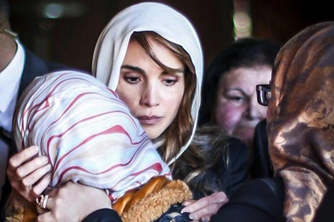 Khoanh khac may bay Dai Loan lao xuong song vao top anh tuan hinh anh 3 Vợ của phi công Jordan Moaz al-Kassasbeh đã bật khóc nức nở khi Hoàng hậu Jordan Rania Al Abdullah tới chia buồn với cô tại nhà riêng ở thành phố Karak. Không quân Jordan đã thực hiện hàng chục cuộc không kích vào các mục tiêu của Nhà nước Hồi giáo (IS) nhằm trả đũa việc nhóm cực đoan thiêu sống phi công của họ.