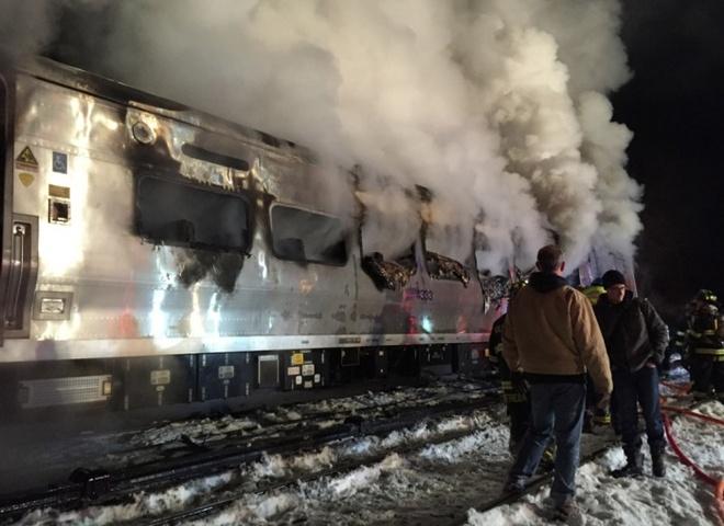 Một đoàn tàu Metro-North cháy âm ỉ sau cú va chạm với một xe hơi tại Valhalla, thành phố New York (Mỹ) hôm 3/2. Vụ tai nạn khiến ít nhất 6 người thiệt mạng và hàng chục người bị thương.