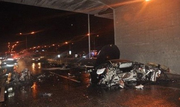 Cau am con quan Trung Quoc danh chet nguoi hinh anh 1 Tàn tích chiếc xe Ferrari mà con trai ông Lệnh Kế Hoạch đã đâm và thiệt mạng. Ảnh: Daily Mail