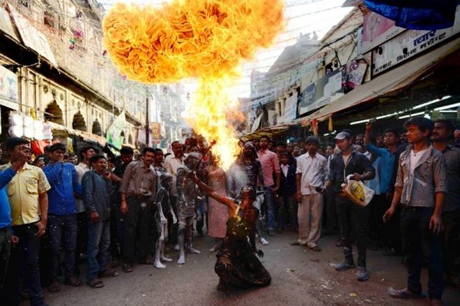 Một tín đồ đạo Hindu tại Ấn Độ trình diễn kỹ năng thổi lửa tại một buổi lễ đánh dấu lễ hội Maha Shivratri của người Hindu. Hoạt động này diễn ra ở thành phố Allahabad. Maha Shivaratri là lễ hội quan trọng nhất của tín đồ Hindu, diễn ra vào ngày trăng non theo lịch Ấn Độ (khoảng cuối tháng 2, đầu tháng 3 dương lịch).  Ảnh: AFP