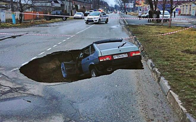 Hiện trường một vụ tai nạn sau khi xe ô tô lao xuống ổ gà tại Nga.