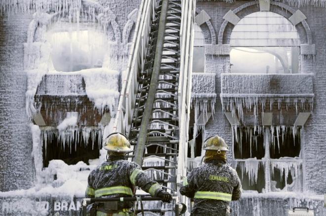 Ngày 21/2, các tảng băng phủ kín vòi chữa cháy của lính cứu hỏa sau khi họ phun nước để dập lửa tại Trung tâm Y tế Locust, thành phố Philadelphia vào đêm hôm trước.