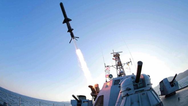 My - Han tap tran ram ro, Kim Jong Un dap tra kho luong hinh anh 1 Thông tấn trung ương Triều Tiên, KCNA, thông báo ngày 7/2 rằng Triều Tiên sẽ triển khai những tên lửa mới trong hải quân. Ảnh: CNN
