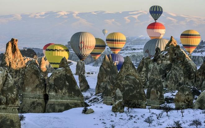 Loat anh an tuong nhat tuan (23 -28/2) hinh anh 8 Các khinh khí cầu bay qua cao nguyên Cappadocia, một khu vực lịch sử ở miền trung Anatolia, Thổ Nhĩ Kỳ. Cappadocia nổi tiếng với các ống khói đẹp như trong truyện cổ tích.  Ảnh: Getty