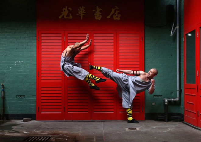 Loat anh an tuong nhat tuan (23 -28/2) hinh anh 6 Các nhà sư Thiếu Lâm luyện kungfu tại khu người Hoa tại London, Anh.