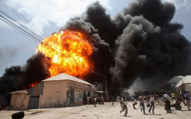 Loat anh an tuong nhat tuan (23 -28/2) hinh anh 4 Mọi người chạy tán loạn sau một vụ nổ ở trạm xăng và điểm dữ trữ lương thực tại khu chợ ngoài trời ở thủ đô Mogadishu, Somali. Ảnh: Reuters