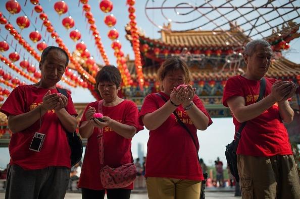 Toan canh 1 nam mat tich bi an cua chuyen bay MH370 hinh anh 19 Gia đình của những hành khách người Trung Quốc trên chuyến bay MH370 cầu nguyện cho các nạn nhân ngày 1/3/2015, vài ngày trước khi phi cơ mất tích tròn 1 năm. Ảnh: AFP