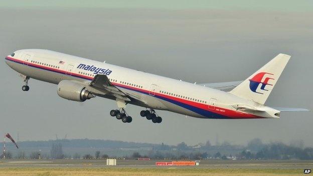 Toan canh 1 nam mat tich bi an cua chuyen bay MH370 hinh anh 1 Sáng ngày 8/3/2014, máy bay Boeing 777-200 cất cánh rời Kuala Lumpur lúc 0h41 (giờ địa phương) để đến Bắc Kinh, Trung Quốc, số hiệu chuyến bay là MH370. Tuy nhiên, hãng Malaysia Airlines cho biết máy bay bị mất liên lạc sau khi cất cánh 1 tiếng. Lúc này, tín hiệu radar cho thấy máy bay ở gần vùng thông tin bay của TP.HCM. Ảnh minh họa: BBC