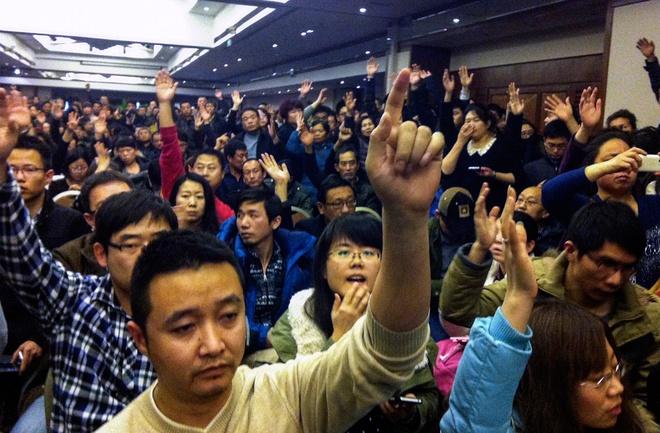 Toan canh 1 nam mat tich bi an cua chuyen bay MH370 hinh anh 6 Người thân của các hành khách Trung Quốc trên MH370 tập trung tại một khách sạn ở Bắc Kinh ngày 10/3. Họ giận dữ đòi chính quyền phải cung cấp đầy đủ thông tin về vụ mất tích của phi cơ. Ảnh: AFP