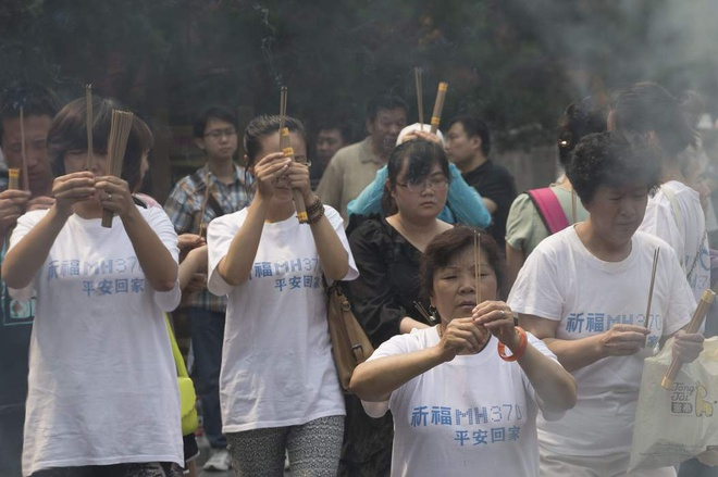 Toan canh 1 nam mat tich bi an cua chuyen bay MH370 hinh anh 16 Người thân của các hành khách trên MH370 thắp nhang cầu nguyện vào giữa tháng 6/2014, đánh dấu 100 ngày mất tích của phi cơ. Tổng giám đốc Malaysia Airlines nói