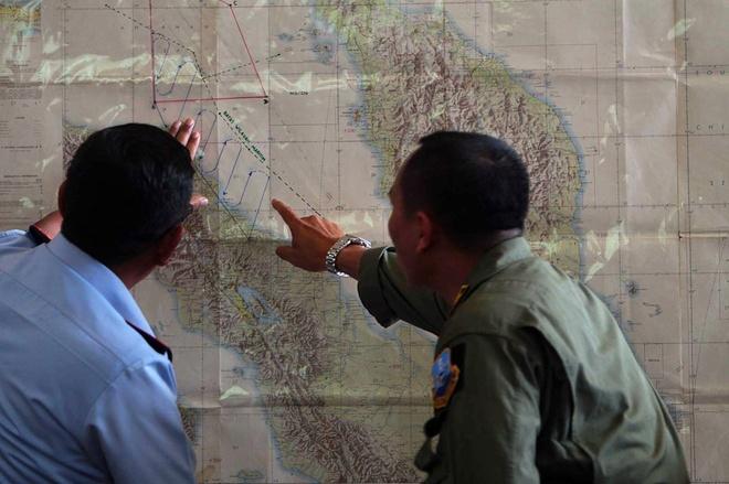 Toan canh 1 nam mat tich bi an cua chuyen bay MH370 hinh anh 10 Các quan chức không quân Indonesia khoanh vùng tìm kiếm ở eo biển Malacca, vùng biển giữa Indonesia và Malaysia ngày 12/3. Chính phủ Malaysia đã đối mặt với nhiều chỉ trích dữ dội do cung cấp thông tin mâu thuẫn và có kẽ hỡ về vùng tìm kiếm MH370, do khu vực mới cách xa đường bay dự định. Ảnh: AFP