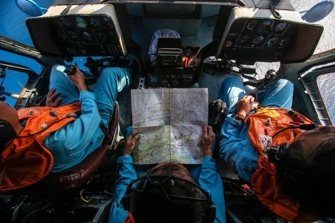 Toan canh 1 nam mat tich bi an cua chuyen bay MH370 hinh anh 8 Các sĩ quan không quân Việt Nam trên trực thăng khi tìm kiếm máy bay mất tích xung quanh đảo Thổ Chu ngày 10/3. Ban đầu, cuộc tìm kiếm MH370 tập trung ở khu vực biển Đông, xung quanh Cà Mau và đảo Phú Quốc. Theo báo Tuổi Trẻ, Việt Nam đã cấp phép cho bốn quốc gia là Malaysia, Trung Quốc, Singapore và Mỹ tham gia tìm kiếm cứu hộ. Tổng số máy bay và tàu cứu hộ tham gia tìm kiếm là 34 máy bay, 40 tàu cứu hộ các loại. Ảnh: Reuters