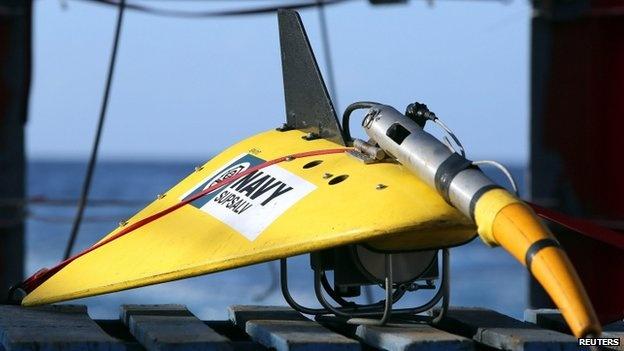 Toan canh 1 nam mat tich bi an cua chuyen bay MH370 hinh anh 15 Từ đầu tháng 4/2014, các tàu Australia và Trung Quốc bắt đầu sử dụng thiết bị dò âm dưới nước dùng để phát hiện tín hiệu