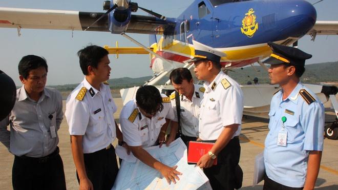 Toan canh 1 nam mat tich bi an cua chuyen bay MH370 hinh anh 9 Thiếu tướng Lê Minh Thành, phó tư lệnh hải quân (thứ hai từ phải sang), hội ý với tổ bay thủy phi cơ DHC-6 tại sân bay Phú Quốc chiều 9/3 trong chiến dịch tìm kiếm MH370. Ảnh: Tuổi Trẻ