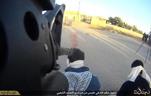 Hinh thuc giet nguoi tan bao moi cua IS hinh anh 1 Phiến quân IS quay cảnh xử bắn tù binh như trong video game để lôi kéo các chiến binh phương Tây. Ảnh: Daily Mail