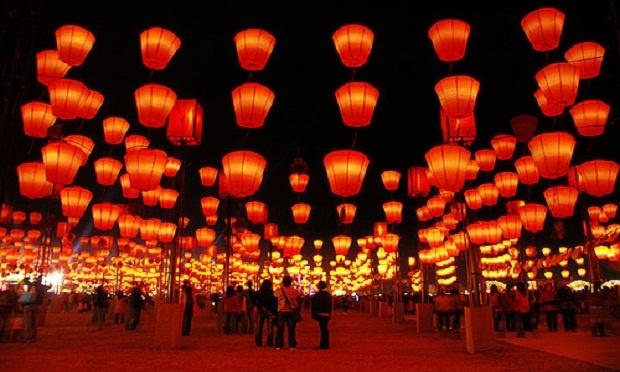 Den long ca khong lo trong Tet Nguyen tieu hinh anh 4 Người Đài Loan còn ghi những câu ước nguyện của mình vào đèn lồng và thả bay lên trời. Nhiều người còn coi đây là mùa Valentine phương Đông,