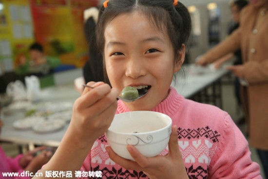 Một cô bé thưởng thức món bánh trôi tại Qinhuangdao, tỉnh Hà Bắc.