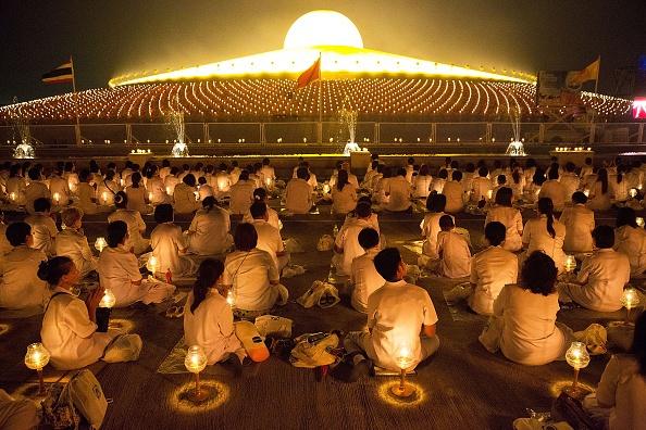 Các Phật tử tham dự lễ thắp nến tại chùa Wat Phra Dhammakaya, Bangkok, Thái Lan, ngày 4/3. Hàng nghìn người tập trung tại ngôi chùa nổi tiếng này để tiến hành nghi lễ và thắp sáng 100.000 đèn lồng. Ở Thái Lan lễ hội Rằm tháng Giêng là lễ Hội cúng dường đức Phật, đức Pháp và đức Tăng qua hình thức tụng Tam Tạng Kinh.