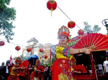Người dân gốc Hoa tại Indonesia tổ chức lễ hội đèn lồng vào ngày rằm tháng Giêng tại thủ đô Jakarta của Indonesia. Trình diễn âm nhạc hay múa lân là những hoạt động diễn ra trong lễ hội. Hơn 5.000 người đã tham dự sự kiện này trong năm 2015, theo Tân Hoa xã.