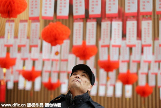 Một người đàn ông đang giải câu đố trên đèn lồng tại một thư viện ở Weifeng, tỉnh Sơn Đông, ngày 3/3.
