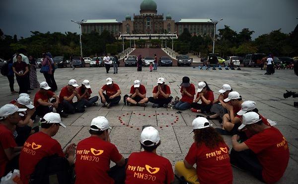 Thân nhân các hành khách Truung Quốc trên chuyến bay MH370 cầu nguyện tại chùa Thean Hou ở Kuala Lumpur, Malaysia, hôm 1/3. Ảnh: AFP