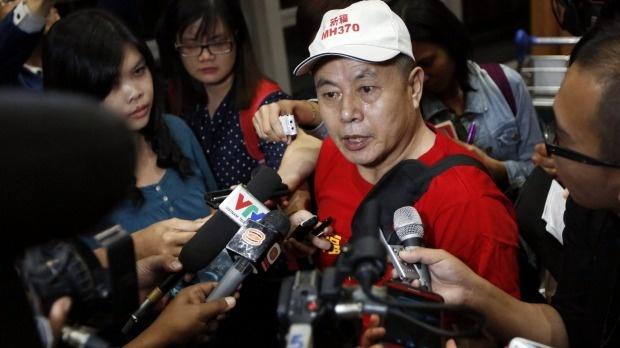 Ông Wen Wan Chen, cha của một hành khách trên máy bay, trả lời phóng viên quốc tế. Ông yêu cầu chính phủ Malaysia cung cấp câu trả lời về sự mất tích bí của máy bay. Ảnh: