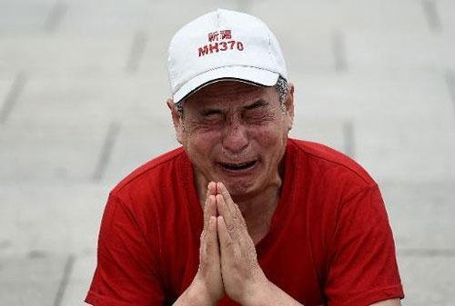 Một thân nhân hành khách Trung Quốc bật khóc trong lễ kỷ niêm